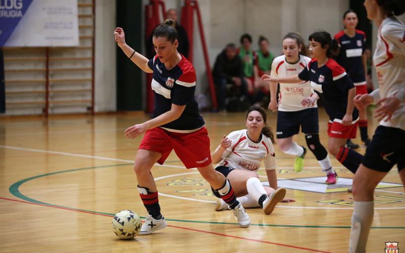 Le ragazze del futsal impegnate in una azione di gioco