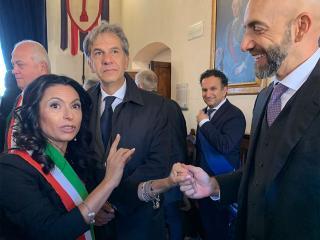 Vincenzo Bianconi con il sindaco di Assisi Stefania Proietti