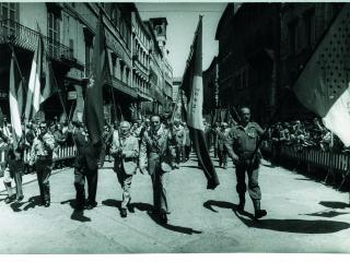 25 aprile 1975, ex partigiani sfilano a Perugia