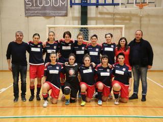 Le ragazze del futsal con lo staff tecnico