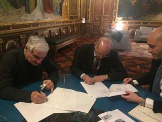 Giampiero Bianconi e Andrea Casciari firmano l'atto di donazione