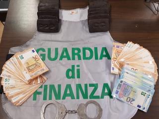Hashish e denaro sequestrati dalla GdF
