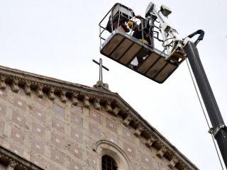 Lavori posizionamento croce San Francesco al Prato