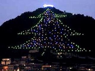 Albero Di Natale Gubbio.Gubbio Acceso Dallo Spazio L Albero Di Natale Piu Grande Del Mondo