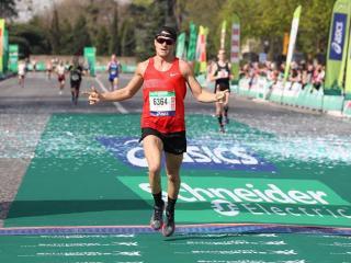 Lorenzo Felici al traguardo della Schneider Electric Marathon