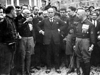 Benito Mussolini, durante la marcia su Roma, con alcuni dei quadriumviri: da sinistra Emilio De Bono, Italo Balbo e Cesare Maria De Vecchi (foto Wikimedia Commons)