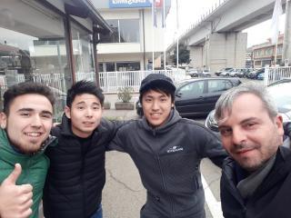 Il bomber Simone Mari, i due ragazzi giapponesi e Maurizio Bellagamba