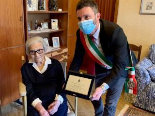 Il sindaco Matteo Burico con Velia Piccio