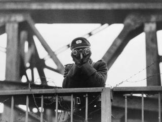 Agente della Volkspolizei di guardia al confine tra la zona Est ed Ovest di Berlino