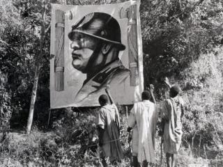 Etiopi di fronte a un'immagine di Mussolini