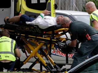 Nuova Zelanda, staff medico porta in salvo un uomo dopo l'attacco alla moschea