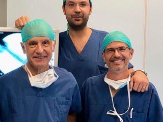 L'equipe di microchirurgia della mano. Da sinistra il dr Azzarà, il dr Bocchino e il dr Braghiroli