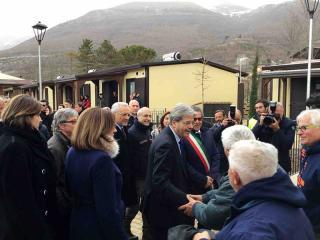 Il premier Gentiloni durante la sua visita a Norcia del 24 febbraio