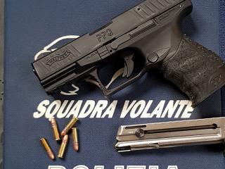 La pistola sequestrata al 64enne