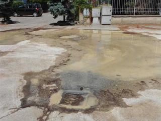 La perdita di acqua in via Grieco