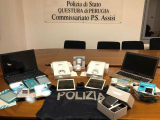 Gli articoli sequestrati dalla Polizia
