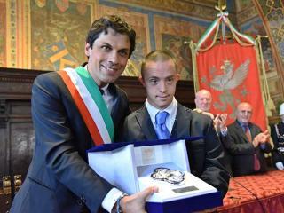 Roberto Baciocchi premiato dal sindaco Romizi