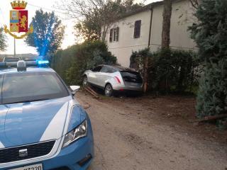 L'auto dei due spacciatori dopo lo schianto