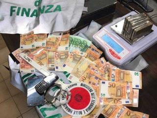 Lo stupefacente e il denaro sequestrati