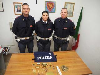 Il materiale sequestrato ai due stranieri
