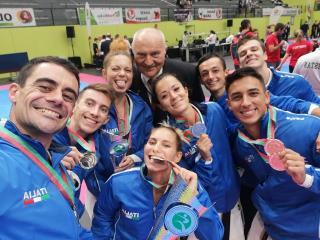 La squadra azzurra festeggia per le medaglie conquistate