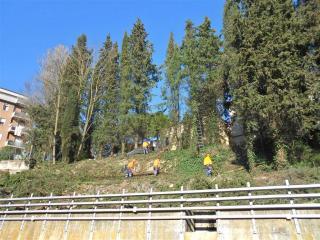 Operai al lavoro alla stazione di Ponte San Giovanni